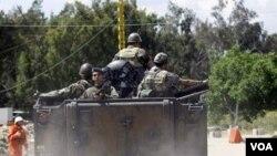 Pasukan Libanon melakukan patroli di kota Wadi Khaled, dekat perbatasan Suriah (15/5).