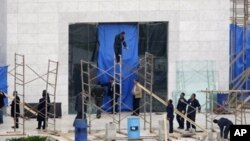 Para pekerja Palestina mempersiapkan proses penggalian di depan makam mendiang Presiden Yasser Arafat di Rammallah, Tepi Barat (27/11). Tulang-belulang mantan pemimpin Palestina itu akan diambil sampelnya untuk diperiksa di Perancis, Swiss, Rusia dan Palestina.