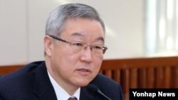 6일 한국 국회 외통위에서 대북문제 관련 질의에 답변하는 김성환 외교통상부 장관