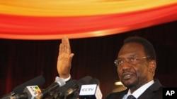 ທ່ານ Dioncounda Traore ສາບານໂຕເຂົ້າຮັບຕຳແໜ່ງ ເປັນປະທານາທິບໍດີຊົ່ວຄາວຂອງມາລີ ໃນພິທີຈັດ ຂຶ້ນທີ່ນະຄອນຫຼວງ Bamako (12 ເມສາ 2012)
