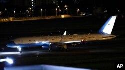 폼페이오 미국 국무장관과 북한에 억류됐던 한국계 미국인 3명을 태운 비행기가 9일 도쿄 요코타 미군기지에 도착했다.