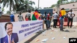 De jeunes Camerounais manifestent leur soutien au président Paul Biya devant l'ambassade de France au Cameroun, le 24 février 2020. (AFP)
