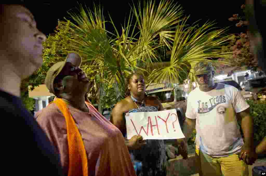 Surreace Cox dari North Charleston, S.C. mengikuti doa bersama di dekat Gereja Emanuel AME Kamis pagi (18/6) menyusul penembakan di Charleston malam sebelumnya. (AP/David Goldman)