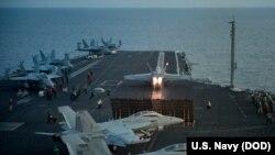 """Pesawat F/A-18E Super Hornet dari skuadron tempur (VFA) 137 """"Kestrels"""" lepas landas dari kapal induk USS Carl Vinson (CVN 70) di Laut China Selatan, 12 April 2017."""
