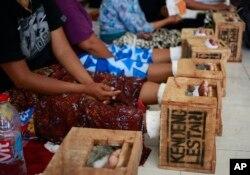 Para perempuan warga desa Kendeng di Jawa Tengah dengan kaki dicor semen sebagai protes pengoperasian pabrik semen, menginap di kantor Lembaga Bantuan Hukum (LBH) Jakarta, 19 Maret 2017. (Foto: AP)