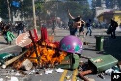 巴西世界杯揭幕前抗議示威活動仍然舉行。戴上面罩的示威者在馬路焚燒雜物。