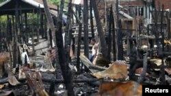 ໃນວັນທີ16 ມິຖຸນາ, 2012 ຊາຍຜູ້ນຶ່ງຍ່າງຜ່ານຄຸ້ມບ້ານ ທີ່ຖືກຈູດເຜົາໃນໄລຍະທີ່ມີການກໍ່ຄວາມຮຸນແຮງ ຢູ່ເມືອງ Sittwe, ລັດຣາຄິນຫວ່າງໝໍ່ໆ ມານີ້