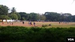 印度,科钦堡,孩子们在玩球。(美国之音朱诺拍摄,2015年11月28日)