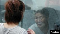 Một nhân viên điều dưỡng và một cụ bà người Nhật.