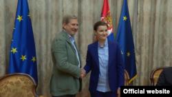 Evropski komesar za za pitanja proširenja Johanes Han tokom sastanka sa premijerkom Srbije Anom Brnabić, u Beogradu, 26. jula 2019.