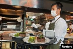 Suasana di sebuah restoran di Dubai setelah untuk pertama kalinya pemerintah mengizinkan restoran beroperasi secara bebas selama jam puasa Ramadan di Dubai, Uni Emirat Arab, 3 Mei 2021. (REUTERS / Abdel Hadi Ramahi)