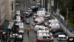 Funcionarios de seguridad y ambulancias se aglomeraron en el sitio del atentado explosivo en Estambul, Turquía, el sábado, 19 de marzo de 2016.