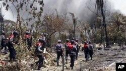 Pasukan keamanan Burma meninjau permukiman etnis Rohingya yang dibakar di Rakhine (foto: dok). Analis mengkhawatirkan ketidakstabilan di wilayah ini akan menyebar ke daerah lain.