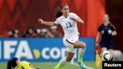 Pemain depan tim sepakbola putri AS, Alex Morgan (13) pada pertandingan melawan Kolombia dalam Piala Dunia Sepakbola Putri di Kanada (22/6).