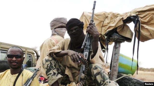 Dakarun Ansar Dine a zaune akan mota a garin Gao dake arewa maso gabashin Mali. June 18, 2012.