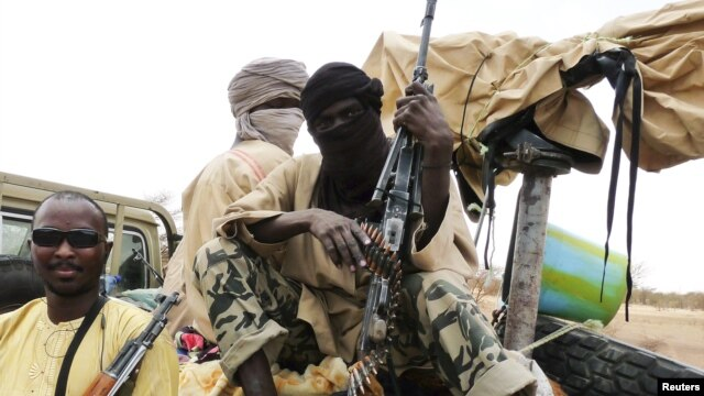 Milisi dari kelompok militan Islamis Ansar Dine, duduk di atas kendaraan mereka di Mali utara (foto: dok). Ansar Dine mengaku telah merebut kota di Mali tengah dari pasukan Mali.