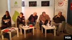 """Učesnici tribine """"Gde živi ekstremizam"""" posmatraju predstavljanje rada """"Kako se crta ekstremizam"""", u Ustanovi kulture Parobrod."""
