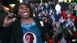 Cử tri phản ứng trước dự phóng lạc quan cho việc tái đắc cử của Tổng thống Obama trong khi theo dõi kết quả bầu cử ở Quảng trường Times, New York 6/11/12