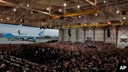 El presidente Donald Trump habla ante una gran multitud en un hangar, el sábado 18 de febrero de 2017 en Melbourne, Florida.