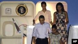 美國總統奧巴馬將會縮短在夏威夷的假期﹐返回華盛頓處理財政懸崖問題﹐圖為美國第一家庭12月22日出發到夏威夷渡假。