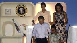 Presiden Barack Obama, ibu negara AS Michelle Obama (atas kanan) dan dua putrinya Malia (atlas kiri) dan Sasha (bawah kanan) mendarat di bandara Pearl Harbour-Hickam di Honolulu untuk memulai liburan mereka (22/12).