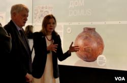 Meri Rojs, pomoćnica američkog državnog sekretara za obrazovanje i kulturu, tokom posete u Narodnom muzeju u Beogradu, 15. marta 2019.