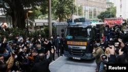 被控非法集結案的黎智英乘坐監獄汽車抵達香港終審法院。 (2020年12月31日)