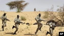 Dakarun mali suna atisaye a karkashin horon dakarun Amurka a Timbuktu a ranar 18 ga watan Maris din shekarar 2004, file photo. Malian soldiers