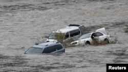 지난 2009년 9월 북한의 임진강 무단방류로 한국 쪽 물이 갑자기 불어 야영객 6명이 숨지는 등 피해가 발생했다. 당시 한국 연천에서 불어난 물에 차들이 잠겨있다. (자료사진)
