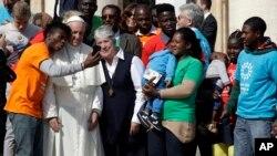 El papa Francisco se reúne con un grupo de migrantes en el Vaticano, el miércoles 27 de septiembre.