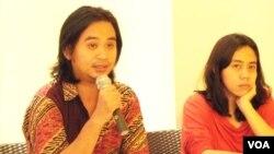 Papang Hidayat (kiri) dan Indria Fernida dari KontraS dalam konferensi pers di Jakarta (22/6).