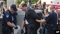 ڤنسنت گرهی سهرۆکی شـارهوانی واشنتنی پایتهخت له دهمی دهسـتگیرکردنی له لایهن پـۆلیسهوه له بهردهم کۆنگرێسی ئهمهریکا، پاش نێوهڕۆی دووشهممه 11 ی چواری 2011