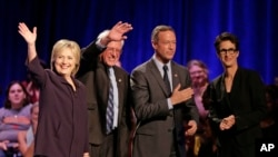 Kandidat Capres AS dari Partai Demokrat, dari kiri: Hillary Rodham Clinton, Sen. Bernie Sanders, mantan Gubernur Maryland Martin O'Malley, dan reporter MSNBC Rachel Maddow, seusai wawancara di Winthrop University, Rock Hill, South Carolina (6/11).