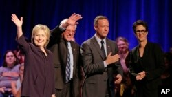 Kandidat Capres AS dari Partai Demokrat, dari kiri: Hillary Rodham Clinton, Sen. Bernie Sanders, mantan Gubernur Maryland Martin O'Malley, dan reporter MSNBC Rachel Maddow, seusai wawancara di Winthrop University, Rock Hill, South Carolina (6/11).