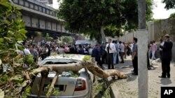 Petugas keamanan Mesir memeriksa lokasi ledakan bom di jalan ramai di tengah kota Kairo, Mesir, Minggu, 21 September 2014. (AP Photo/Aly Hazzaa, El Shorouk)