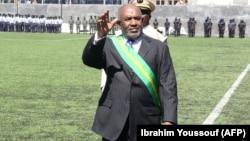 Le président des Comores, Azali Assoumani, salue le public au stade de Moroni à la fin de la cérémonie présidentielle, Comores, le 26 mai 2016.