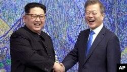 Лидер Северной Кореи Ким Чен Ын и президент Южной Кореи Мун Чжэ Ин (архивное фото)
