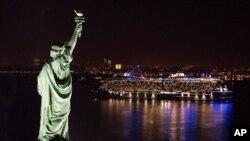"""El crucero """"Anthem of the Seas"""" de la compañía Royal Caribbean es visto en su primera llegada a Nueva York, en noviembre del año pasado."""