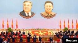 지난 5월 북한 평양에서 열린 7차 노동당 대회에 김정은 국무위원장이 입장하자 참석자들이 일제히 박수를 치고 있다.