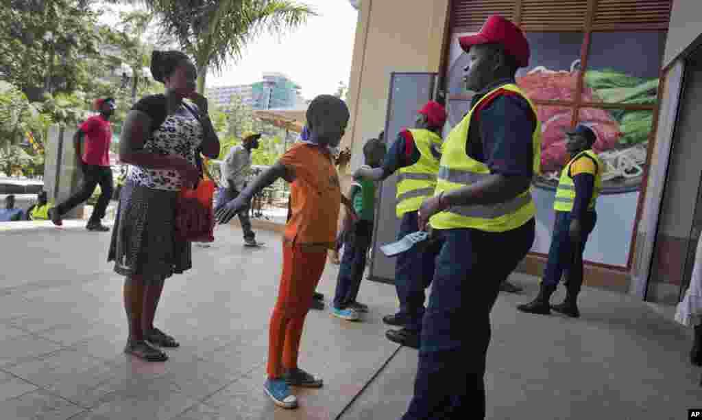 Des clients se font fouiller à l'entrée du centre commercial Westgate, le 18 juillet 2015.