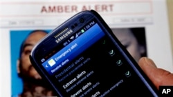 App Amber Alert nampak di ponsel Kapten Greg Gerrero dari Patroli Jalan Raya California. Sistem baru yang diberlakukan secara nasional itu akan mengirim pesan-pesan peringatan kepada jutaan pengguna ponsel ketika peringatan mengenai anak hilang dikeluarkan di daerah mereka (foto: Dok).