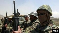 Tentara Afghanistan tiba untuk mengamankan lokasi di mana terjadi baku tembak yang menewaskan 8 tentara AS di Kabul (27/4).