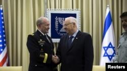 Tổng thống Israel Reuven Rivlin bắt tay với Chủ tịch Ban Tham mưu Liên quân Hoa Kỳ Martin Dempsey tại Jerusalem, ngày 10/6/2015.