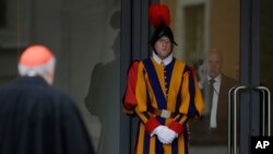 Các vị Hồng Y đến Vatican để bầu người lên kế nhiệm Đức Giáo hoàng Benedict XVI.