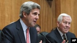 Senate Foreign Relations Committee Chairman Sen. John Kerry, (l) accompanied by the committee's ranking Republican Sen. Richard Lugar