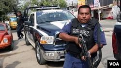Polisi anti narkoba Meksiko melakukan pengejaran terhadap anggota gang narkoba, 8 Januari 2011.