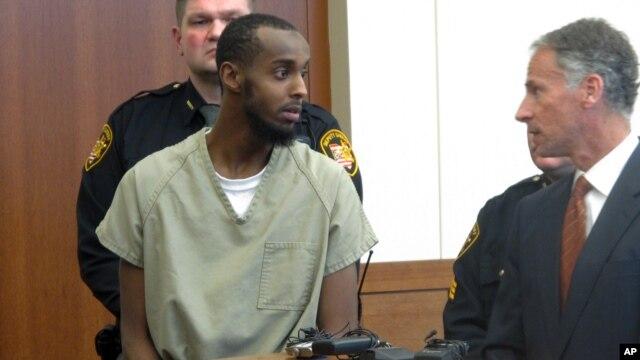 Abdirahman Sheik Mohamud, habla con su abogado, Sam Shamansky, durante una audiencia en Columbus, Ohio.