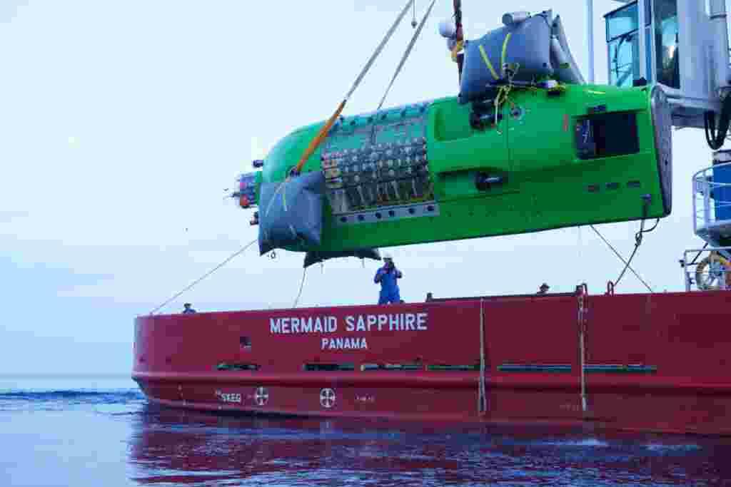 El Deepsea Challenger durante uno de los ejercicios de prueba.