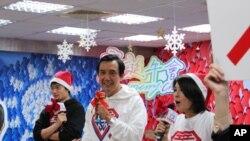 馬英九及其競選發言人在慶祝聖誕節活動中