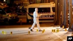 Expertos forenses investigan la escena del crimen después de un tiroteo fatal en el que un agente de policía fue asesinado junto con un atacante en la avenida de los Campos Elíseos en París, Francia, el 21 de abril de 2017.